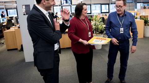 Prosjektleder Redwan Zeroual og Ann Elisabeth Serck-Hanssen, leder for operasjoner og forbedringsarbeid i Statoils markedsføringsdivisjon, snakker med fraktansvarlig Frank Rognø om eldgammel kurérpostpraksis der de står på oljehandelsgulvet på Forus.