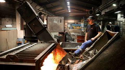Rundt 100 personer mister jobben etter at Jøtul flagger ut produksjonen. Her fyller smelteoperatør Yngvar Nilsen på med skrapjern i smelteovnen ved fabrikken i Fredrikstad i 2013.