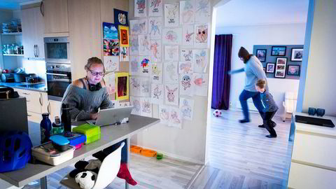 Tonje Holm Hjertaas hjelper stadig flere som sliter psykisk med hjemmekontor. Har tar hun en jobbeøkt mens pappa Espen spiller fotball i stuen med Emil før skoledagen starter.
