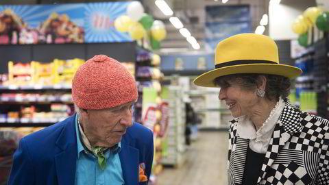 Olav Thon feiret sin 93-årsdag med butikkåpning på Strømmen storsenter sammen med sin samboer Sissel Berdal Haga.                   Foto: Per Ståle Bugjerde