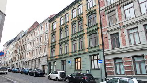 Sven Bruns gate 3 ved Holbergs plass er en av fem bygårder som Raymond Johansen ønsker at kommunen skal kjøpe fra Ivar Tollefsen. Nå støtter Høyre utspillet.