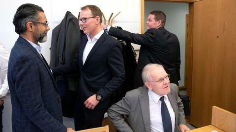 Star Autoco/Nordic Bil har saksøkt Bertel O. Steen (BOS) med begjæring om midlertidig forføyning for at BOS skal fortsette levering av biler til en Star Autoco-forhandler i Bodø. Her møter Zahid Saddiq i Star Autoco Mercedes-sjef Kjetil Myhre. Til høyre er Saddiqs advokat Johan Haga og PSA-sjef Thorbjørn Myrhaug.