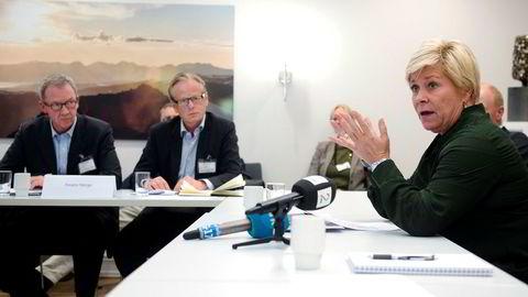 – Jeg er opptatt av at vi skal gjøre en selvstendig vurdering. Vi ser at boligmarkedet har stabilisert seg, sier finansminister Siv Jensen. I bakgrunnen Idar Kreutzer og Erik Johansen fra Finans Norge.