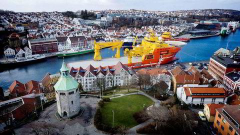 Eidesvik Offshores «Viking Neptun» ved kai i Stavanger sentrum. Foto: Aeroview