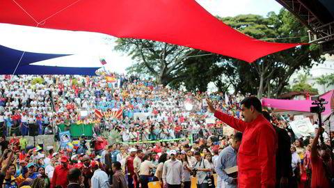 Venezuelas omstridte president Nicolás Maduro møter studenter foran presidentpalasset Miraflores tidligere denne uken. Maduros og hans forgjenger Hugo Chávez' ledelse av landet har ført til at mange internasjonale selskaper har trukket seg ut av landet.