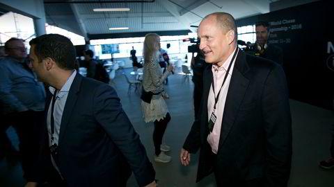 Woody Harrelson er på plass for å ta åpningstrekket i det første partiet under Sjakk-VM. Foto: Pontus Hk/