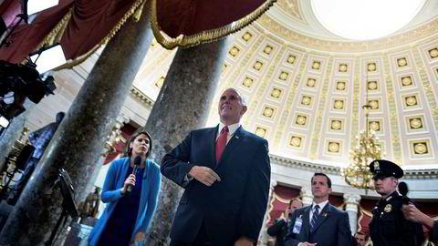 Visepresident Mike Pence på vei til å stemme for skattereformen i Kongressen i Washington.