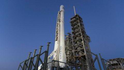Den såkalte «boosteren» på Falcon 9-raketten brukes for på ny når SpaceX trolig skyter opp raketten natt til fredag. Bildet er tatt torsdag.