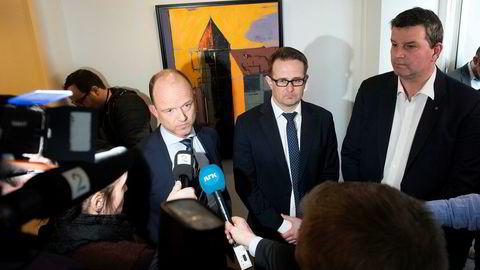 Riksmegler Mats Wilhelm Ruland (i midten), flankert av NHO-sjef Ole Erik Almlid (til venstre) og LO-sjef Hans-Christian Gabrielsen, satte punktum 15 timer på overtid mandag.