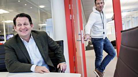 TVNorge-sjef Harald Strømme (til venstre) advarer om at TV 2 blir en altfor tung spiller i Norge med C More på laget. Bak står Carsten Skjelbreid. Foto: Aleksander Nordahl