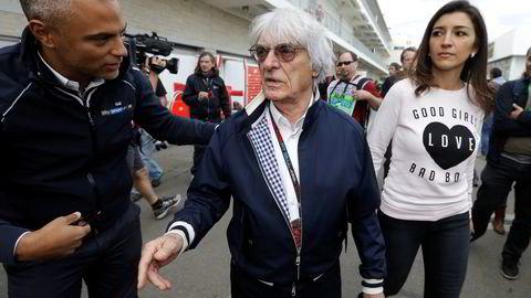 Formel 1-guru Bernie Ecclestone er her sammen med sin kone Fabiana Flosi under et formel 1-løp i november 2013. Foto: AP/Darron Cummings