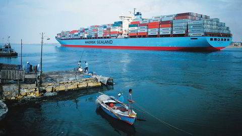 Vinnerne tjener mer på frihandel enn taperne taper, skriver artikkelforfatteren. Her illustrert ved dagliglivet langs Suez-kanalen, hvor internasjonal handel setter sitt preg på landskapet. Foto: Dagens Næringsliv