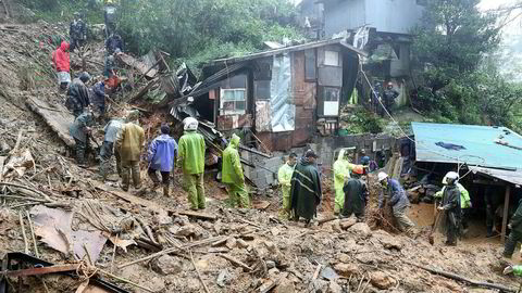 Redningsarbeidere leter etter folk begravet i jordskred etter tyfonens Mangkhuts herjinger på Filippinene.