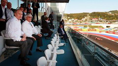 Formel 1-sjef Bernie Ecclestone (til høyre) ser på Formel 1 Russian Grand Prix i Sotsji med Russlands president Vladimir Putin. Foto: Alexei Nikolsky, AP/NTB Scanpix