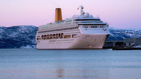 Cruiseskipet Oriana med plass til tett på 2000 passasjerer på vintercruise langs norskekysten, her ved havn i Alta.