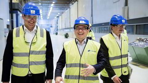John Chiang fra fondet Oceanwood (i midten) og Norske Skogs konsernsjef Sven Ombudstvedt (til venstre) er klare til å ta Norske Skog på børs. Selskapet indikerer en verdi på mellom 2,9 og 3,7 milliarder kroner. Til høyre er konserndirektør for selskapsstrategi, Lars P. S. Sperre. Her er de sammen under en omvisning på Saugbrugs fabrikken i Halden. John Chiang er også styreleder i Norske Skog.