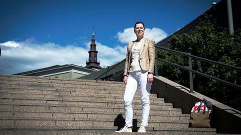 Direktør Mari Velsand i Medietilsynet er bekymret for at fm-sendinger i Oslo vil forpurre omleggingen til dab.