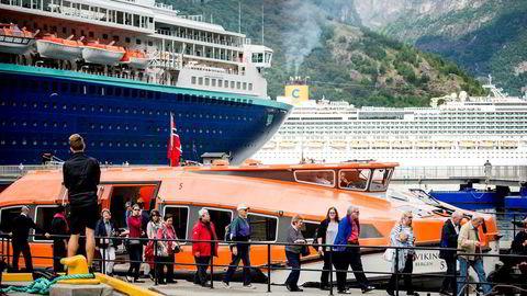 Dagens momsstruktur med fire satser bremser verdiskaping og vekst i små og mellomstore reiselivsbedrifter, skriver artikkelforfatterne. Her noen av de cirka 300.000 cruiseturistene som besøker Geiranger i sommer.
