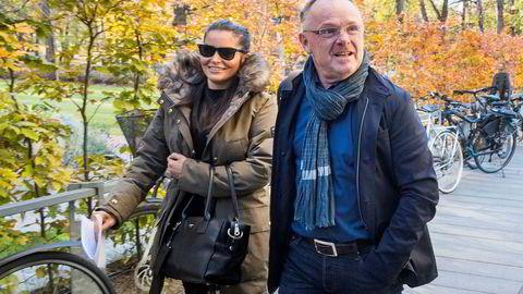 Karantenenemnda mener Per Sandberg har brutt karantenebestemmelsene. Her sammen med kjæresten Bahareh på vei til boklansering på Litteraturhuset.