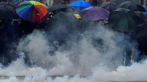 Bildet viser anti-myndighetsdemonstranter fra tirsdag formiddag. Kina feirer sin nasjonaldag i dag, 1. oktober.