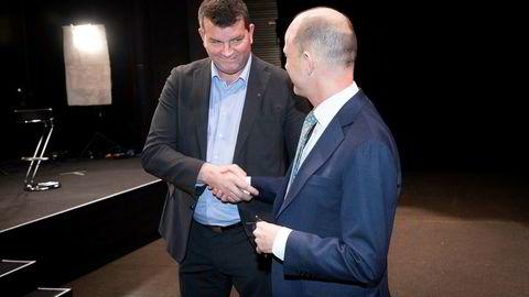 LO-leder Hans-Christian Gabrielsen (til venstre) og NHO-leder Ole Erik Almlid utveksler håndtrykk under NHOs årskonferanse. Nå er de på hver sin side av bordet hos riksmegleren.