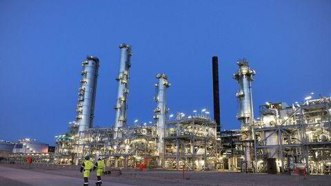 Mange forskere ser på naturgass som den mest effektive, klimavennlige overgangsløsningen mellom kull og fornybar energi. Her fra industrianlegget Tjeldbergodden på Nordmøre som består av tre fabrikker, metanolfabrikk, gassmottaksanlegg og luftgassfabrikk. Foto: Harald Pettersen, Statoil