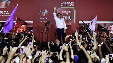 TS Leader of the Greek radical-left Syriza party                    Leder av det venstreradikalet partiet Syriza, Alexis Tsipras, vinker til sine tilhengere under valget søndag 20. september. Han fikk støtte fra folket til å danne ny regjeringen - men ikke alene. FOTO: