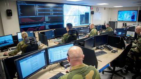 Den største kilden til bekymring er cyberangrep. Dette gjøres for å skaffe etterretninger, men også for å manipulere informasjon, trakassere motstandere, etablere falske profiler, og drive påvirkning i sosiale medier. Her fra forsvarets cyber operasjonssenter på Jørstadmoen.