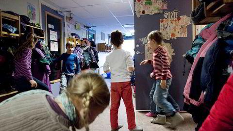 Selv om dagens system ikke er perfekt, mener vi at problemene med at en del av dagens seksåringer ikke oppfattes som skolemodne kan løses innenfor dagens system ved å endre innholdet i barnehagen og skolen.