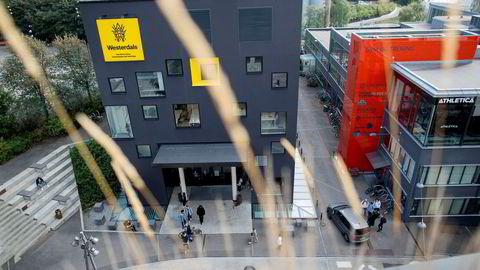 Dagens Næringsliv avdekket høsten 2015 hvordan eierne flyttet penger fra skolene til morselskapet i forbindelse med fusjonen av tre høyskoler til Westerdals.