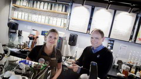 (F.v) Sofia Skarberg (Coffee Shop Manager) og adm. dir Torodd Gøystdal i Espresso House avd. Norge, i forbindelse med resultatsak. Foto: Fredrik Bjerknes