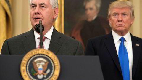 USAs president Donald Trump (til høyre) tok til Twitter i en opphetet ordkrig med tidligere utenriksminister Rex Tillerson. Her er de avbildet etter sistnevntes utnevnelse i februar 2017.