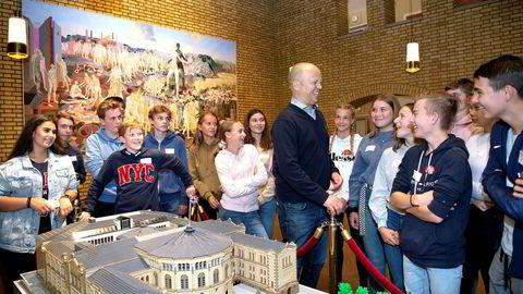 Trygve Slagsvold Vedum var i strålende humør dagen etter valget, og tok seg tid til å prate med elever fra Tangenåsen ungdomsskole på Nesodden som var på omvisning på Stortinget.