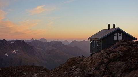 Her DNT-hytten Tåkeheimen ved foten av Helgelandsbukken på vestsida av Svartisen.                   Foto: Torbjørn Bjelland/DNT
