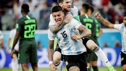 Lionel Messi og Marcos Rojo feirer deres andre mål i kampen mellom Argentina og Nigeria i fotball-VM.