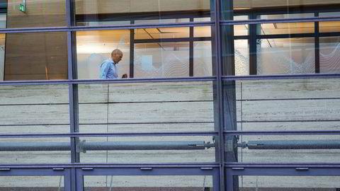 Sigve Brekke på vei fra møtehuset «The Hub» ved Telenors hovedkontor på Fornebu. Her ble det holdt allmøte om kostnadskutt tirsdag.