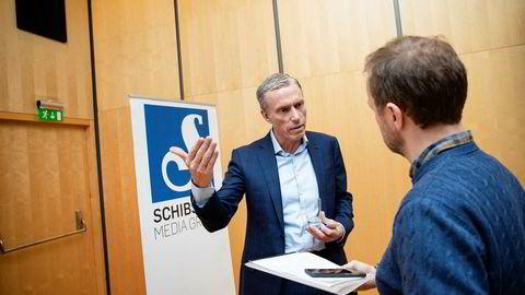 Konsernsjef Rolv Erik Rysstad snakker med Kampanje-journalist Erlend Fossbakken etter Schibsteds resultatpresentasjon fredag.