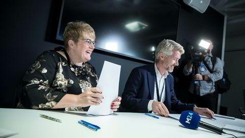 Kulturminister Trine Skei Grande (fra venstre) skrev under avtalen om kommersiell allmennkringkasting sammen med TV 2-sjef Olav T. Sandnes for en knapp måned siden.