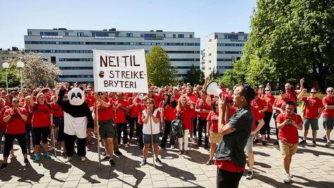 NRK-journalistene har nå vært i streik i en uke. Her fra en demonstrasjon før helgen, med Dagsrevyens Jarle Roheim Håkonsen i front.