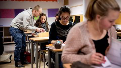 En fordel med assistentlærere, sammenlignet med redusert klassestørrelse, er at der er langt mer fleksibelt. Det kan settes inn med ulik intensitet, og det kan gjøres innenfor eksisterende skolebygninger. Illustrasjonsfoto: Aleksander Nordahl