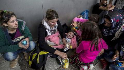 Norge bør kunne ta imot 100.000 flyktninger. Antallet tilsvarer to prosent av Norges befolkning. Her fra Wien, hvor syriske flyktninger har ankommet sentralstasjonen. Foto: Zohra Bensemra, Reuters/NTB Scanpix