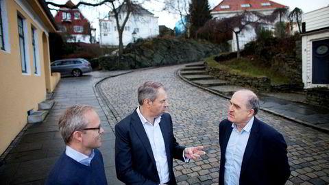 SR-banks konjunkturbarometer har ikke sett lysere ut på lenge. Fra venstre: sjeføkonom Kyrre M. Knudsen, banksjef Arne Austreid og bedriftsmarkedssjef Tore Medhus utenfor representasjonsvillaen i Gamle Stavanger.