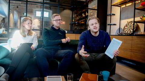 – Det finnes ingen tilsvarende produkter, sier daglig leder Magnus Haug Wanberg i Remarkable til høyre om nettbrettet. Fra venstre, leder for varehandel, Jannicke Soløy Sletten. I midten kommunikasjonssjef Henrik Gustav Faller i selskapet