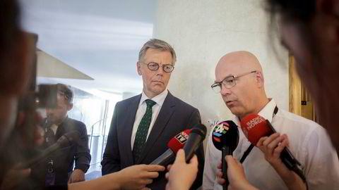 Fra venstre: Juridisk direktør Olav Nyhus og kringkastingssjef Thor Gjermund Eriksen svarer pressen tidligere denne uken, i forbindelse med streiken i NRK.