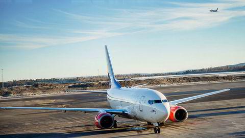 SAS' pilotkorps har i dag en sterk kollektivavtale med selskapet og egne bestemmelser som sier hva egne piloter kan fly, og hva som kan leies inn av andre. Nå vil selskapet fjerne noe av det – i bytte mot en jobbgaranti. Her fra Oslo lufthavn.