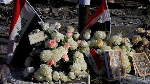 Blomster og lys står på gaten ved bombestedet til minne om ofrene i Karrada i Bagdad. Thaier Al-Sudani / Reuters / NTB scanpix