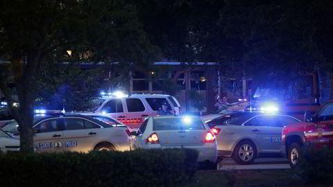 Det er mye politi på stedet hvor en mann åpnet ild i en kommunal administrasjonsbygning i den amerikanske byen Virginia Beach.