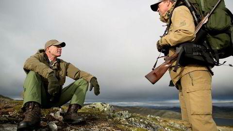 Tidligere Aker-direktør Sverre Skogen (til venstre) og tidligere konsernsjef Eivind Reiten i Hydro har jaktet etter villrein på Hardangervidda i mange år.