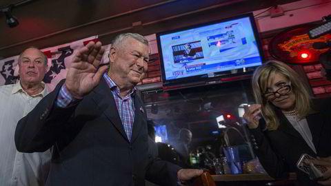 Dana Rohrabacher forlater sin egen valgvake i Costa Mesa, California da valgnederlaget var klart natt til onsdag.