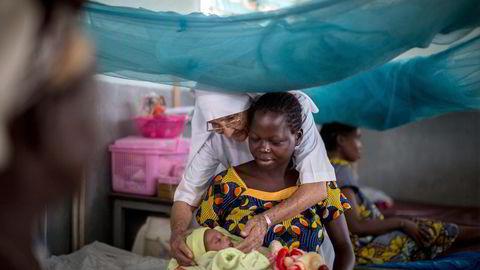 Det å investere i mødrehelse kan redde livet til hundretusener av unge jenter, skriver Melinda Gates. Bildet er fra Zongo sykehus i DR Kongo. Foto: Federico Scoppa, AFP/NTB Scanpix